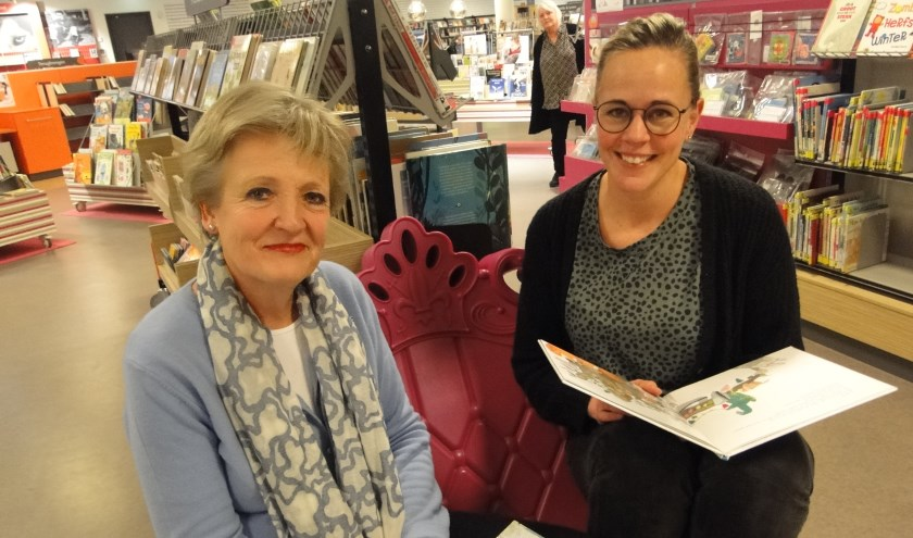Marga Schaafsma(links) en Judith Verbey in de jeugdbibliotheek in Rijssen