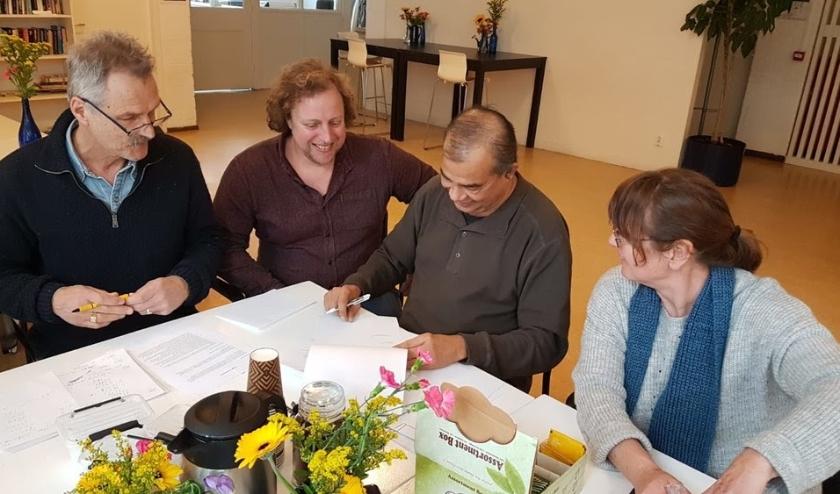 De overeenkomst wordt ondertekend door v.l.n.r. Jan de Jager (Trefpunt Laakhage), Marc Beste (gemeente Den Haag), Bies Sukul (Trefpunt Laakhage, voorzitter) en Yolanda Brouwer (Trefpunt Laakhage).