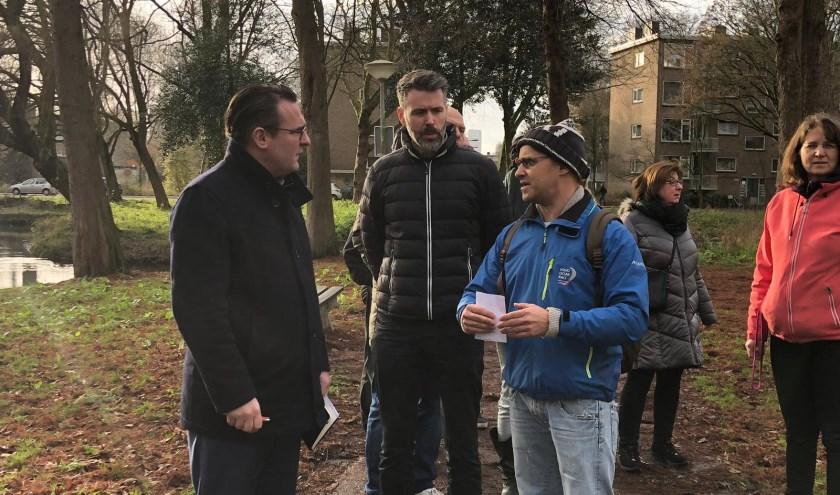 De delegatie van Hart voor Den Haag laat zich bijpraten door bewoners van Mariahoeve