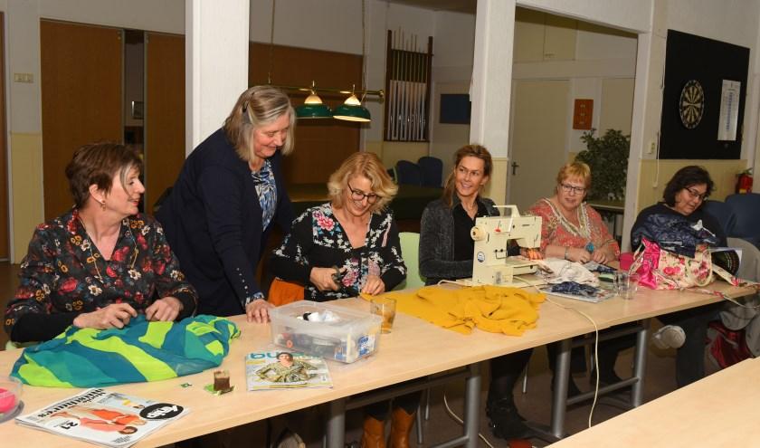 Creativiteit en gezelligheid gaan samen tijdens de cursus zelf kleding maken. (Foto: Marius Schinkel)