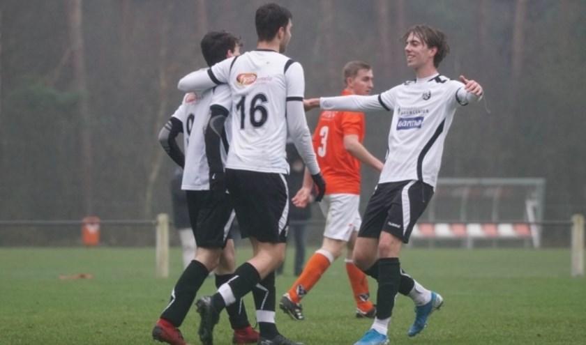 Blijdschap bij EFC na de beslissende 0-3. (foto: Dimitri Steijlen)