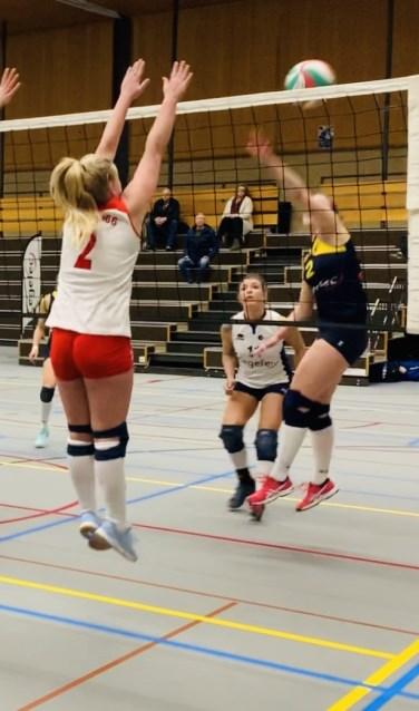 Britt van den Boogaard blokkeert een aanval van Zuvo. (Foto: pr)