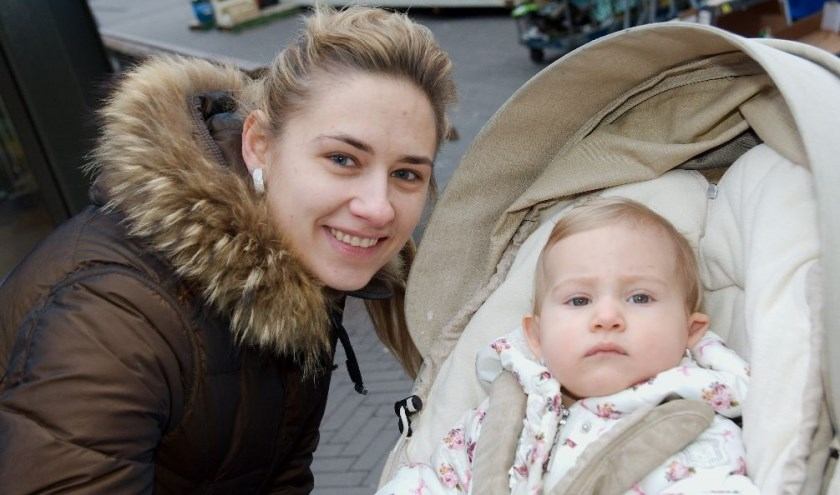 Loewela Descendre met de kleine Sanaya: ''Leuk, Valentijnsdag!''. (foto Gert Perdon)