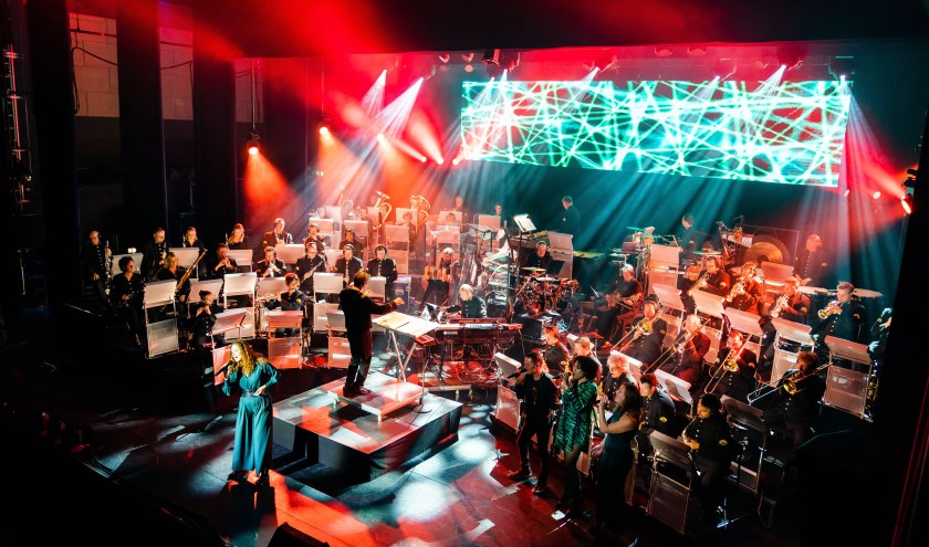 Samen met een viertal topvocalisten laten de 41 blazers en zevenkoppige ritmesectie je genieten van de unieke sound van het Orkest van de Koninklijke Luchtmacht. Foto: Paul Tolenaar