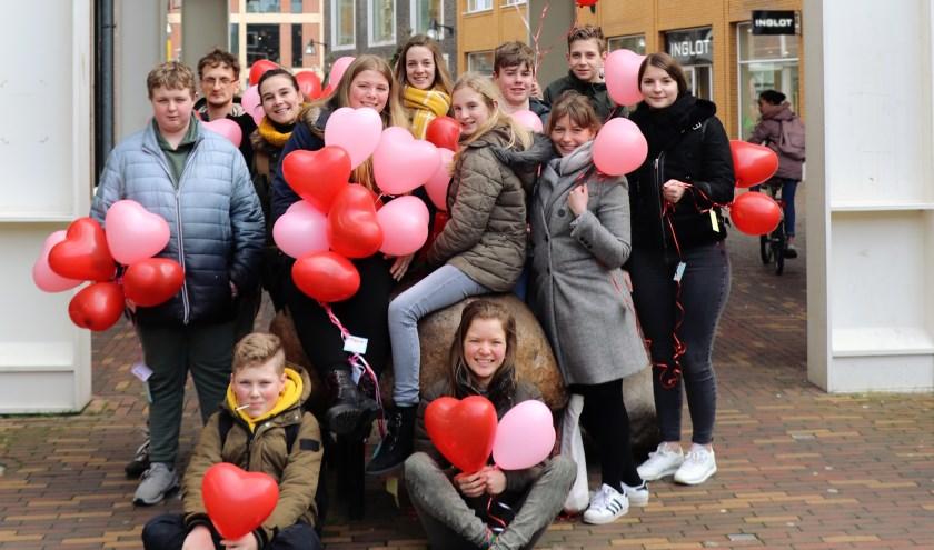 Jongerenvrijwilligers onder de Bernhard van Kreelpoort, Veenendaal.