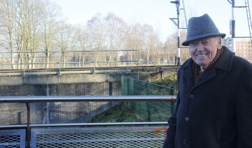 Gerard Kokhuis bij de spoorbrug waardoor op 4 april 1945 de Canadezen hun opmars konden maken om Almelo te bevrijden