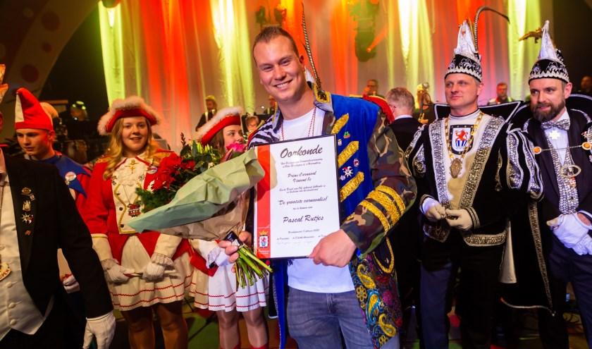 Pascal Rutjes in het zonnetje gezet, omdat hij carnavalist van het jaar is. (foto: Marco Scheurink)