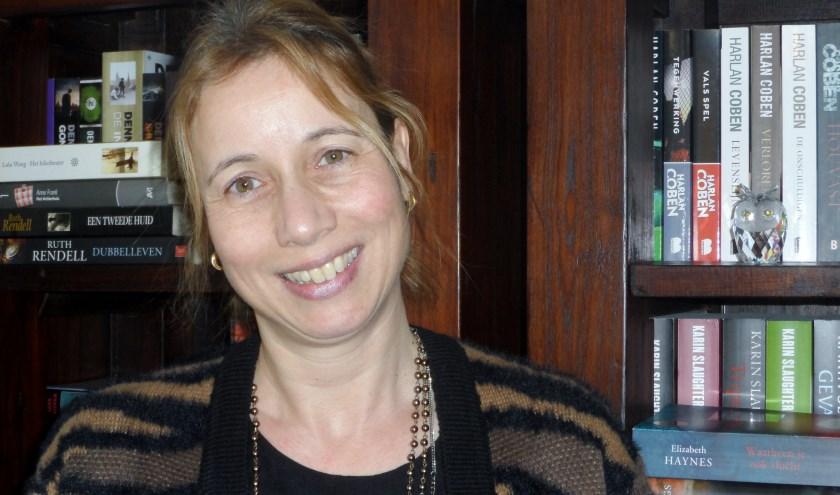 Yvonne woont en werkt in de gemeente Poortugaal. Mede dankzij haar werk voor weekkrant de Botlek beschikt zij over een enorm netwerk wat haar goed van pas komt bij het ouderenwerk. Foto: Joop van der Hor