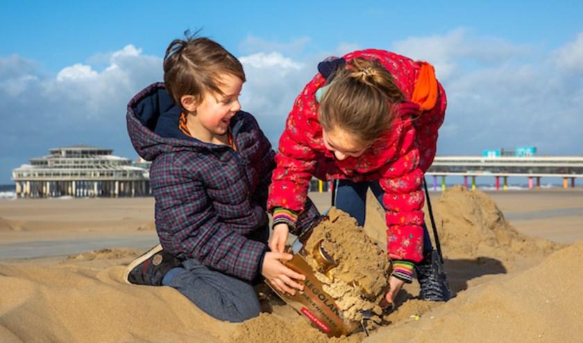 Kinderen keken verrast op toen ze woensdagmiddag in het zand LEGO® boxen met daarin de allereerste tickets voor het 'First To Play-weekend' vonden.