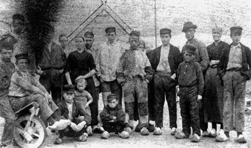 Het personeel van de steenplaats Den Boer. Er werkten ook kinderen. (Foto: HVC Beeldbank)