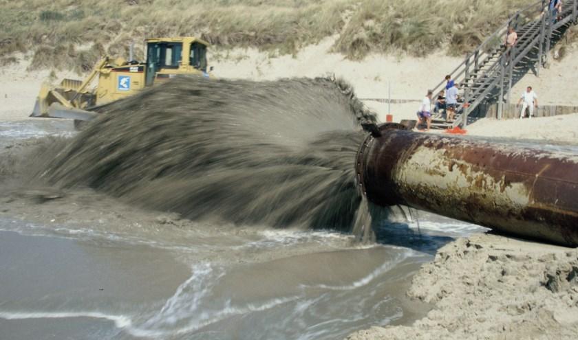 Elk jaar wordt er in Zeeland zand op stranden gespoten, zals hier op Walcheren. Door 'stikstofproblemen' blijft dat dit jaar uit. FOTO: RWS.