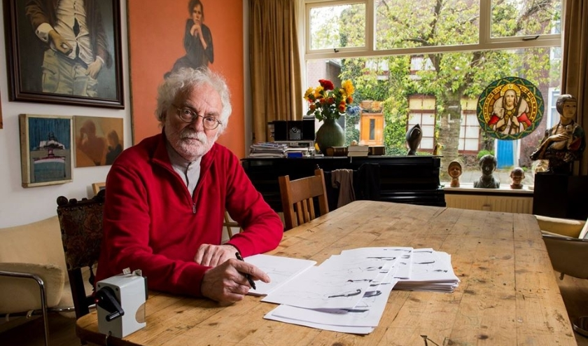 Theo Gootjes tekent iedere avond thuis aan de Oostsingel in Schiedam-Oost. (Foto: Jan van der Ploeg).