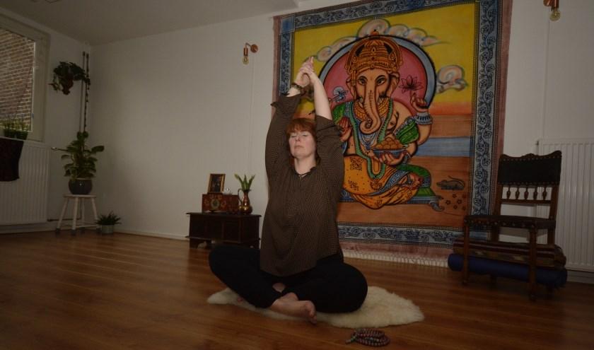 """""""Kundalini yoga kan heel bevrijdend werken!"""", zegt yogadocent Carolien. (Foto: Britt Planken)"""