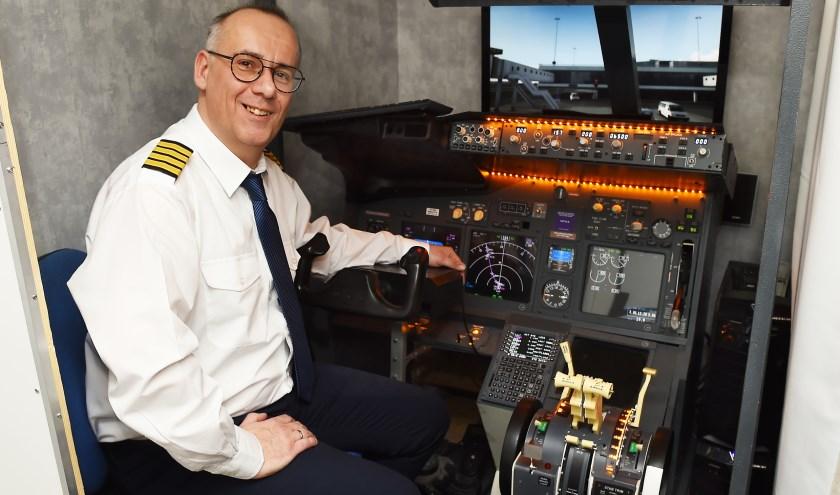 Theodoor Janszen in de cockpit van de Boeing 737 in huis. (foto: Roel Kleinpenning)