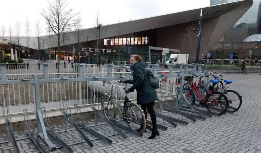 Wethouder Bokhove opent de nieuwe fietsenstalling op de middenberm van het Weena.