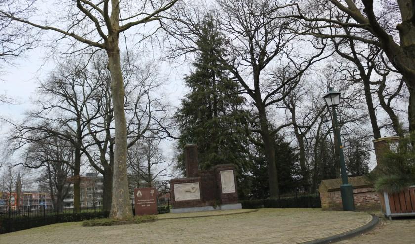 Rijssen – Het oorlogsmonument bij de Oude Begraafplaats aan de Lentfersweg die ook in de Bevrijdingsroute is opgenomen, evenals de oorlogsgraven op de begraafplaats.