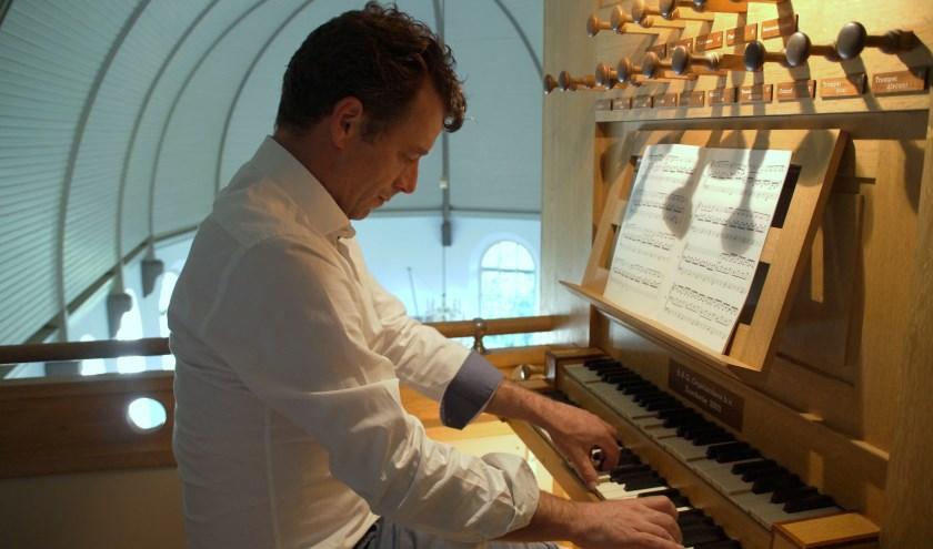 Dirk Poortvliet speelt dit weekend 24 uur orgel om geld op te halen voor het KWF. Hij heeft 500 muzieknummers nodig om de tijd te vullen, dus geef vooral je verzoeknummers door!