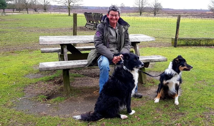 Met haar schapen en haar honden Socks, Malloy, Nan en Knoet is herderin Marion Derks een gelukkig mens. (foto: Arda Konings)
