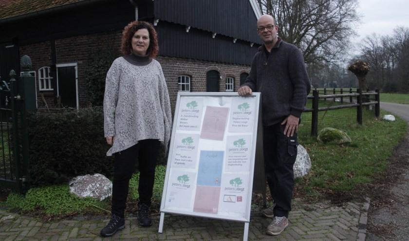 Ruth en René Peters bij de boerderij aan de Nieuwe Gravenweg 1b in de Westelijke Groene long