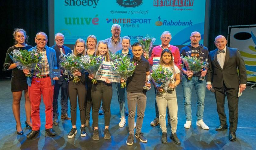 De winnaars van de Ermelose Sportverkiezing op het podium. Zij werden in het zonnetje gezet voor hun behaalde prestaties in 2019. (foto: Jan de Roo Fotografie)