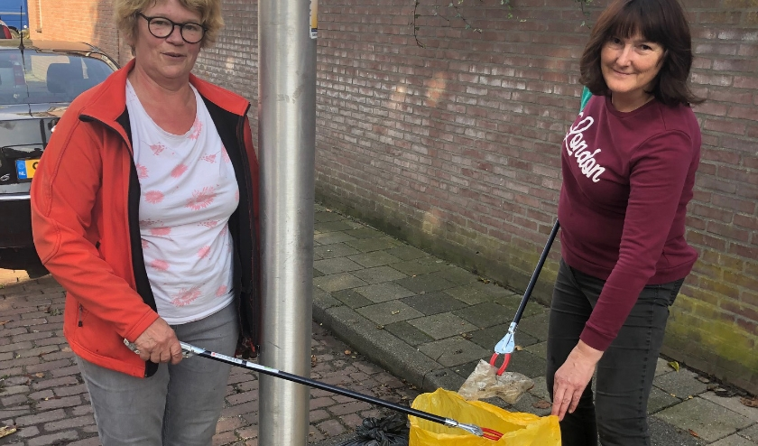 Tinie van Loon en José Smetsers namen het initiatief en hopen dat de hele wijk aansluit om Theresia schoon te maken.