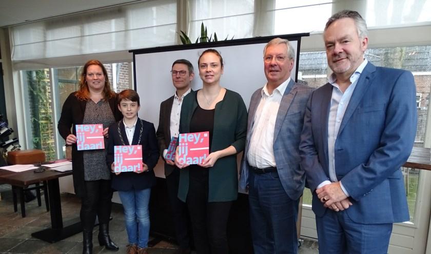 Kinderburgemeester Tijn Trijssenaar kreeg als eerste de opvallende, nieuwe flyer met 'Hey, Jij daar!' (Foto: Margreet Nagtegaal)