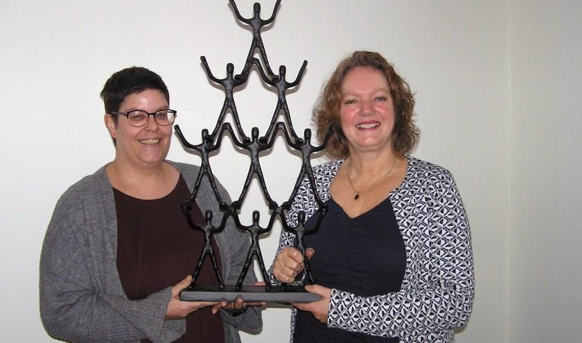 Hannah Wuijster (l) en Gerja Meima met het gietijzeren beeld dat is bestemd voor de winnaars.