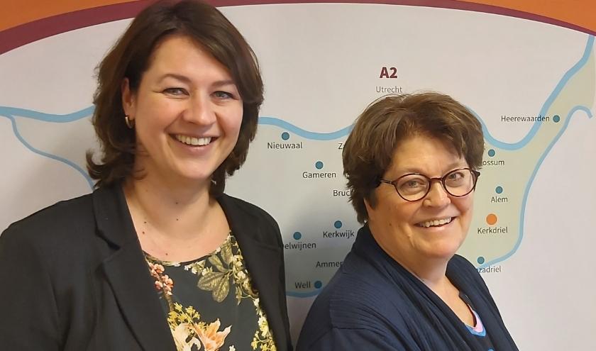 Ouderenadviseurs Heidi van Heumen en Jacomien de Bruin voorzien senioren in de Bommelerwaard van de gewenste informatie.