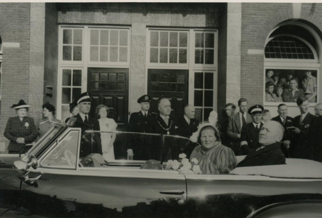 Werkbezoek van Koningin Juliana aan Veenendaal in 1950. Onderaan de Markt, bij de HBS.  © DPG Media