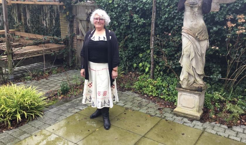 """Francien (73): """"De Eindhovenrok die ik gemaakt heb vertegenwoordigt Groot Eindhoven, inclusief de dorpen er omheen."""" (Foto DFP)."""