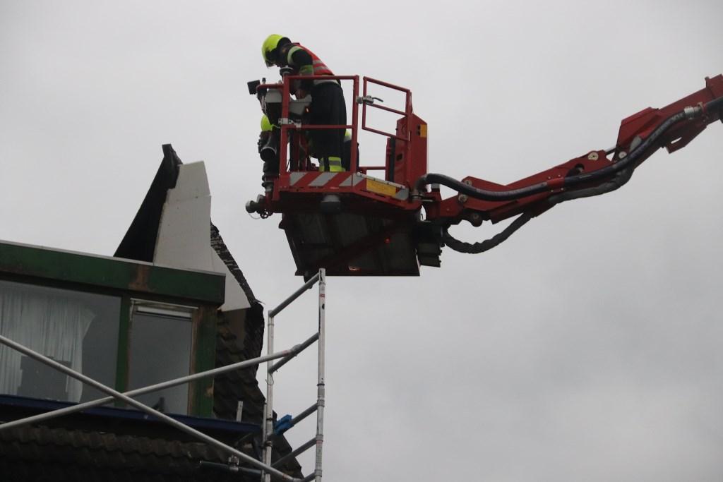 Het dak van een huis aan de Kamille leverde veel werk o voor de brandweer. Foto: Theo van Dam © DPG Media