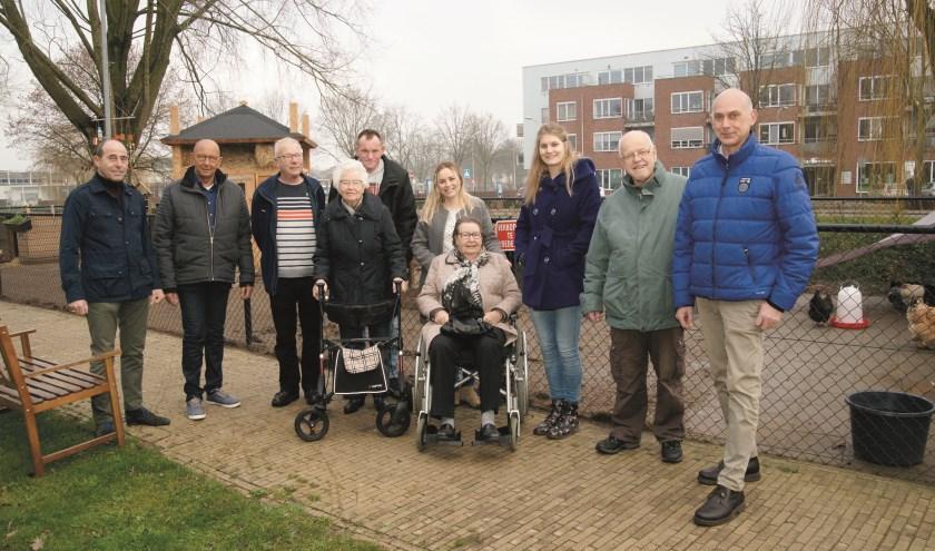 Bewoners en vrienden bij de mini dierenweide van Woonzorgcentrum De Wilgenpas in Westervoort.