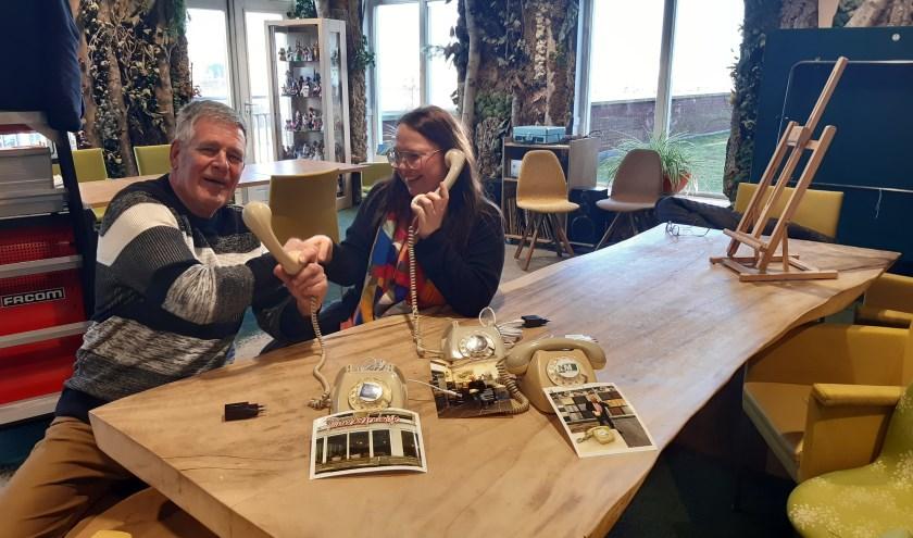 Joop van der Vet brengt Wonderfoons bij Zoetermeerse centra voor ouderenzorg. Rechts: Melanie Bosman, coördinator welzijn dagactiviteiten WZH Oosterheem. Foto: Ineke van der Vet.