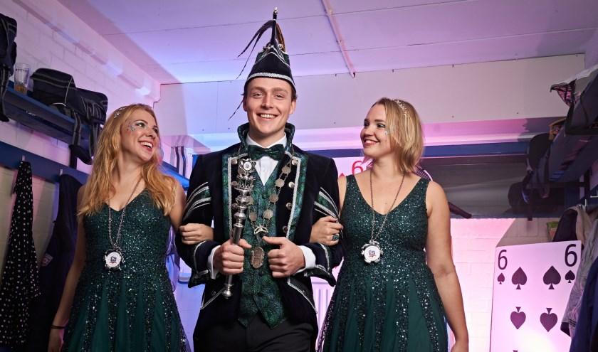 Prins Martinus van de Blauwbaadjes met zijn hofdames Inge van Baaren en Iris Blom. (Foto: Tom Bode)