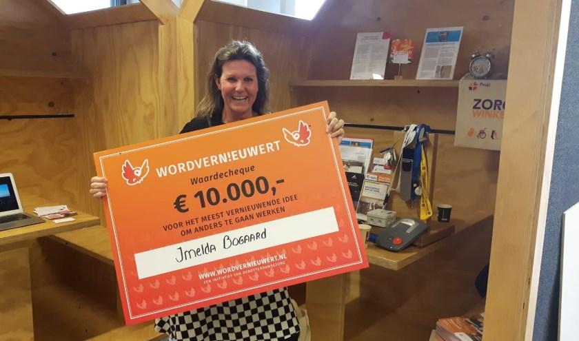 Imelda Bogaard toont trots de cheque welke haar project ten deel is gevallen na heel veel stemmen uit Kralingen en Hoogvliet.