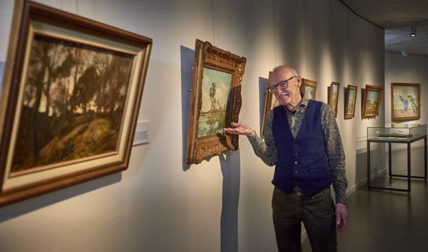 Gastconservator Harry Thijssen bij twee schilderijen van Egbert Schaap. (Foto: Jenco van Zalk)