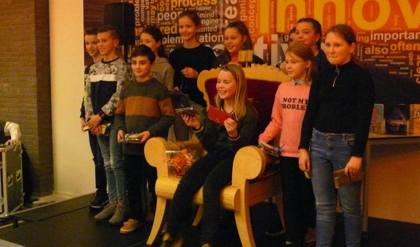 De elf voorlezers van de eerste lokale ronde bijeen. Op de stoel winnaar Noor. (Foto: Hermien Keppels)