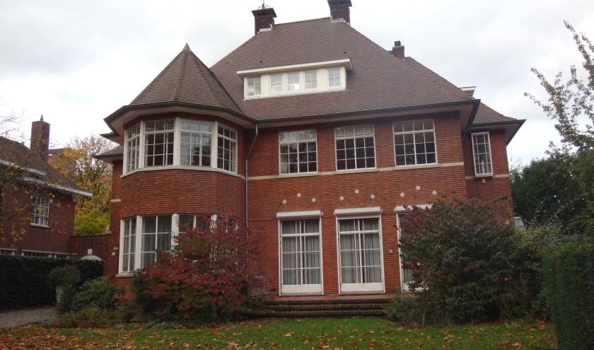 Rechts nummer 109 en links nummer 111, twee woonhuizen, het resultaat van een ingrijpende verbouwing van één bestaand woonhuis. Info: www.heemkundekringtilburg.nl