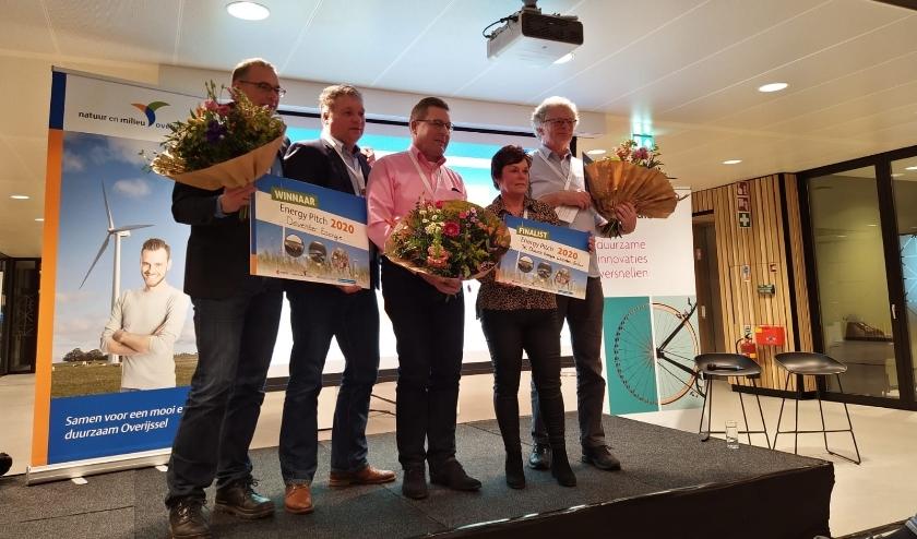 Tonnie Kroeze en Helga Sasbrink nemen de prijs in ontvangst. (Eigen foto)