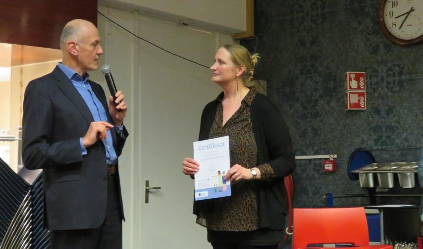 Onderschrift foto: Marjonne Kube neemt namens museum De Voorde de oorkonde voor  dementievriendelijk museum in ontvangst, uitgereikt door Gert Teusink van Alzheimer Nederland