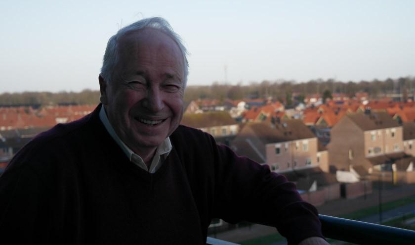 Vanaf vijf hoog kijkt Hennie hier uit over Tiel, een groot deel van de huizen en wijken heeft hij vroeger zelf van verf en/of glas voorzien