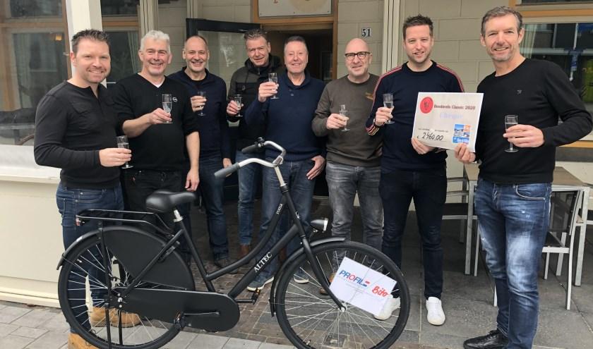 Op de foto de hoofdprijswinnaar Mark Hellemons met de organiserende Bosduvels, Eric Telkamp van café 't Pleintje