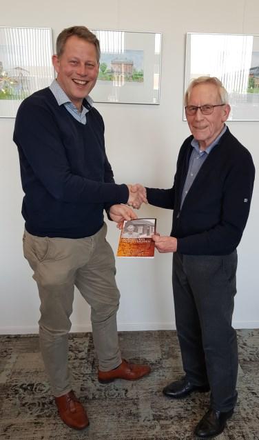 Burgemeester Bosma van de gemeente Bladel ontving het eerste exemplaar van het boekje.
