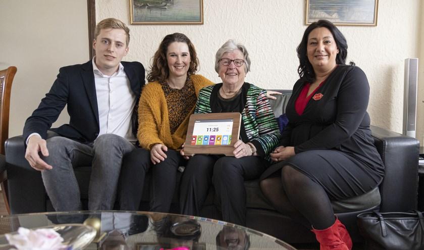 V.l.r. Hugo Stap van de Compaan Marjolijne van Zuijlen van Welzijn Rijswijk, mevrouw Van Noort en wethouder Johanna Besteman.