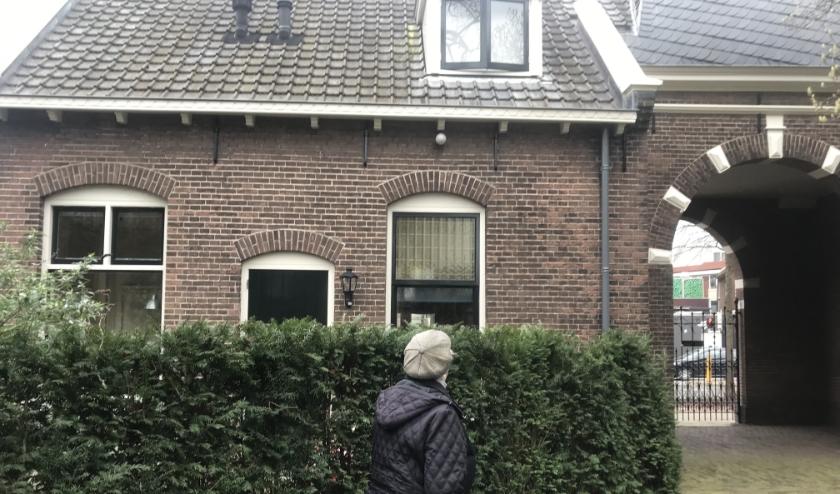 Mevrouw Bennink voor haar huis.