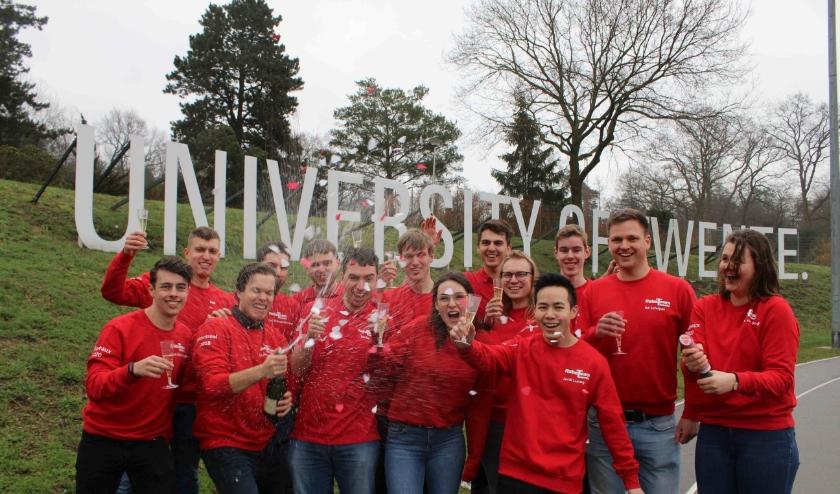 RoboTeam Twente viert de kwalificatie voor de RoboCup 2020.