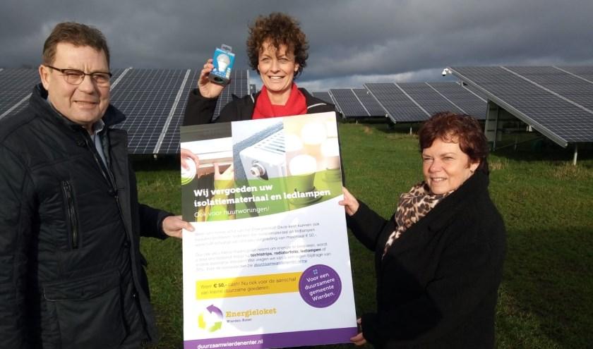 Energiecoach Tonnie Kroeze, voorzitter Miranda Scheffer en energiecoach Helga Sasbrink in het zonnepark. (Eigen foto)