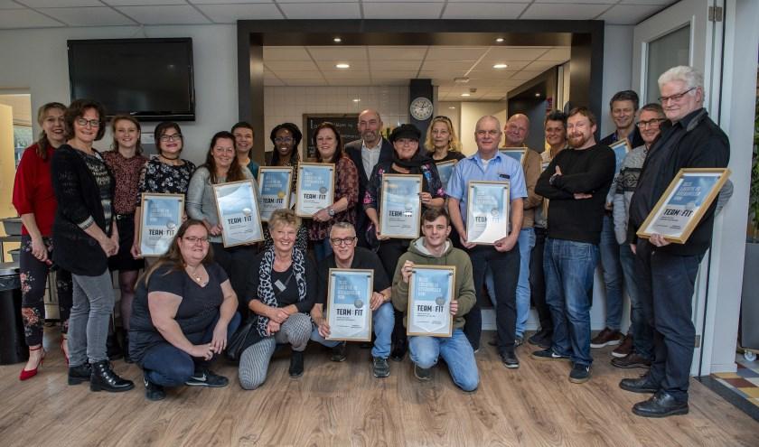 De Tilburgse coördinatoren en vrijwilligers van de wijkcentra met hun certificaat. foto: Hassan Souhail, Alief Fotografie