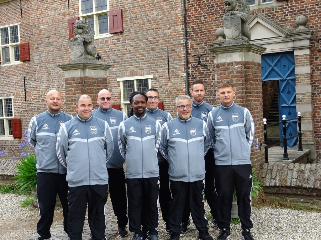 Voorafgaand aan het seizoen 2019-2020 presenteerde de staf van Duno zich bij Kasteel Doorwerth. Roy de Haan (staand tweede van rechts) en Mark van Wijk (tweede van links) zijn inmiddels opgestapt. Foto: Dick Martens © DPG Media