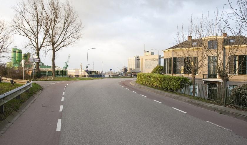 In de omgeving van de havenkom moet de Grebbedijk veiliger worden voor fietsers en voetgangers. (foto: Johan Mulder)